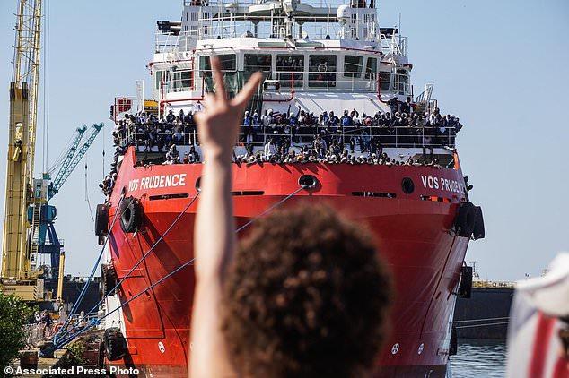 Włochy grożą zamknięciem portów dla statków NGO ratujących migrantów - GospodarkaMorska.pl