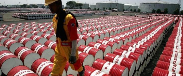 Ceny ropy lekko w dół, Rosja sprzeciwia się dalszym cięciom produkcji - GospodarkaMorska.pl
