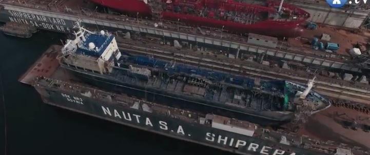 Zatopiony w Naucie statek już w nowym doku (wideo) - GospodarkaMorska.pl