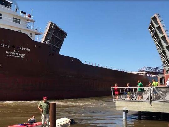 Drobnicowiec staranował łódkę i uderzył w most (wideo) - GospodarkaMorska.pl