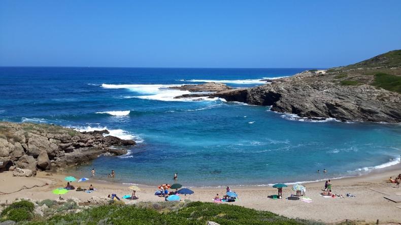 Włochy: Kary od 500 do 3 000 euro za kradzież piasku z plaż Sardynii - GospodarkaMorska.pl