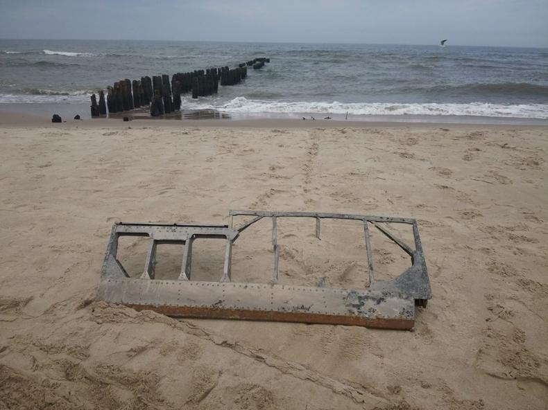 Bałtyk wyrzucił na plażę fragment samolotu - GospodarkaMorska.pl