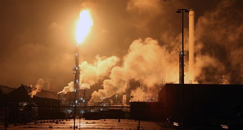 Pożar spowodował zamknięcie części wielkiej rafinerii Shella w Rotterdamie - GospodarkaMorska.pl