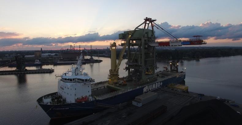 Gigantyczna suwnica już na pokładzie jednego z najsilniejszych statków świata (foto, wideo) - GospodarkaMorska.pl