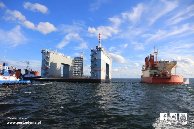 Pływający dok do budowy osiedla w Monako opuścił gdyńską stocznię (wideo) - GospodarkaMorska.pl