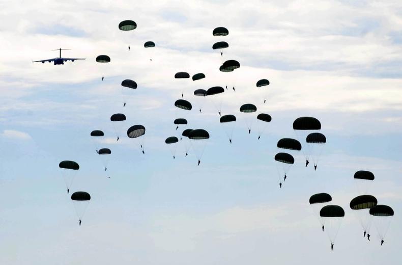 Spadochroniarze z USA przylecą do Estonii na czas manewrów Zapad-2017 - GospodarkaMorska.pl
