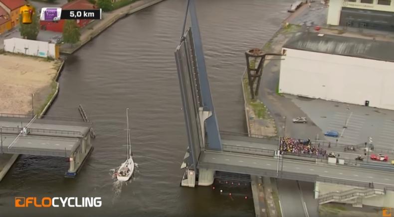 Jacht przerywa wielki kolarski wyścig (wideo) - GospodarkaMorska.pl
