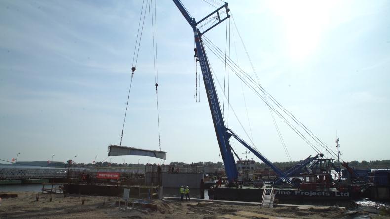 W Sobieszewie rozpoczął się montaż przęseł zwodzonego mostu. Pomaga olbrzymi pływający dźwig (foto, wideo) - GospodarkaMorska.pl