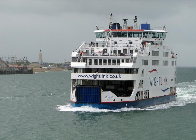 Wieczorny pożar na pokładzie promu na Isle of Wight - GospodarkaMorska.pl