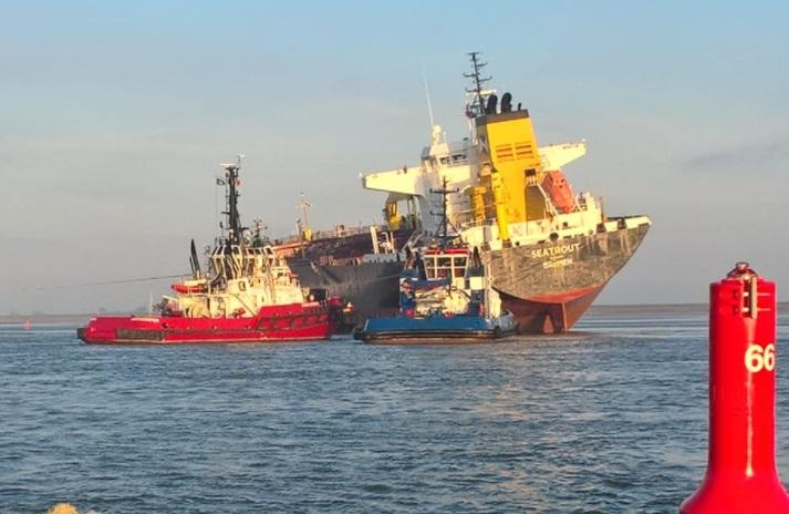 Tanker utknął na mieliźnie po zderzeniu z masowcem w pobliżu Antwerpii - GospodarkaMorska.pl