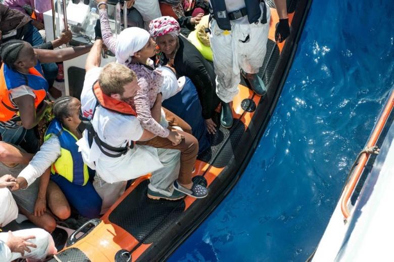Po wypadku łodzi uratowano 25 migrantów - GospodarkaMorska.pl