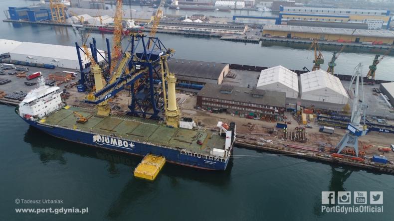 Olbrzymia suwnica wypłynęła z Gdyni na pokładzie jednego z najsilniejszych statków świata (foto, wideo) - GospodarkaMorska.pl