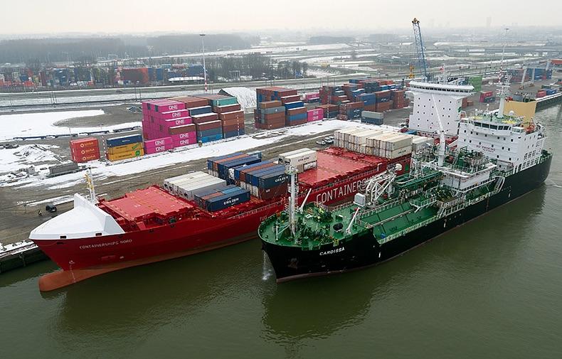 Nowa jednostka Containerships po raz pierwszy bunkrowała LNG w Porcie Rotterdam - GospodarkaMorska.pl