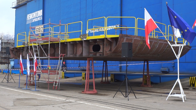 W stoczni Remontowa Shipbuilding położono stępkę pod budowę drugiego wielozadaniowego statku dla urzędów morskich (foto, wideo) - GospodarkaMorska.pl