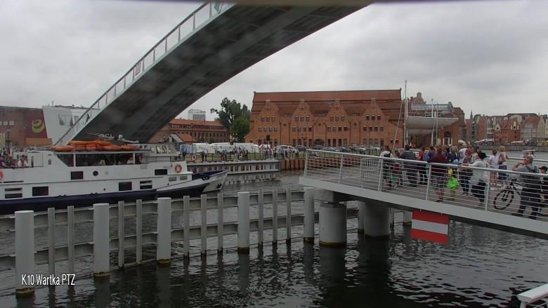 """Statek """"Danuta"""" wpłynął wprost pod zamykającą się kładkę na Ołowiankę. Dwie osoby oskarżone (wideo) - GospodarkaMorska.pl"""