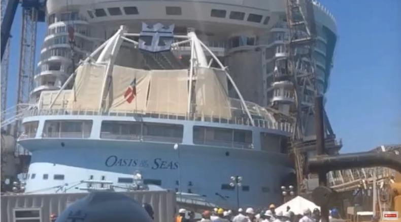 Stoczniowy dźwig przewrócił się na wycieczkowiec Oasis of the Seas - GospodarkaMorska.pl