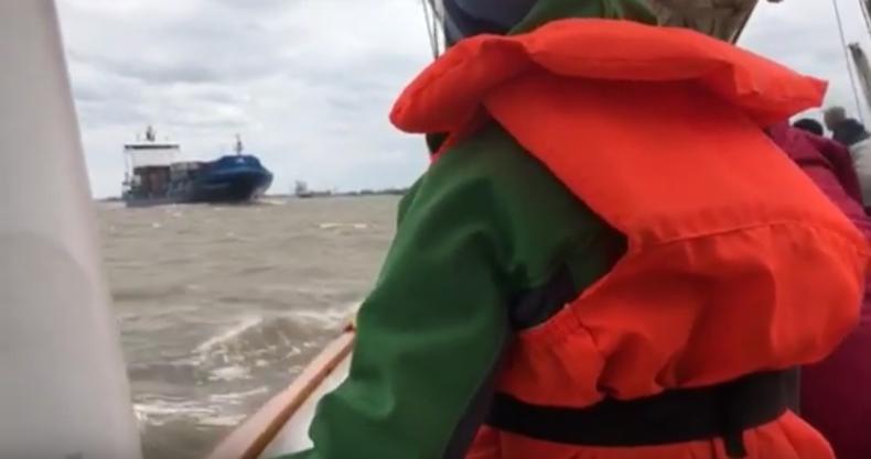Kontenerowiec taranuje historyczny żaglowiec. Jest nagranie z wypadku (wideo) - GospodarkaMorska.pl