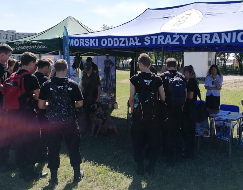 Posłowie PiS proponują, by klasy mundurowe działały według wytycznych określonych przez MEN i MON - GospodarkaMorska.pl