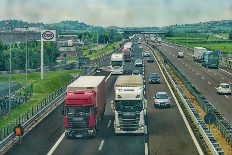 MI: Od środy obowiązują wakacyjne ograniczenia w ruchu ciężarówek - GospodarkaMorska.pl
