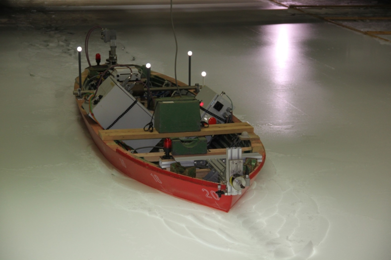 Kolejne próby nowych lodołamaczy dla RZGW w Szczecinie na basenie lodowym w Hamburgu (foto) - GospodarkaMorska.pl