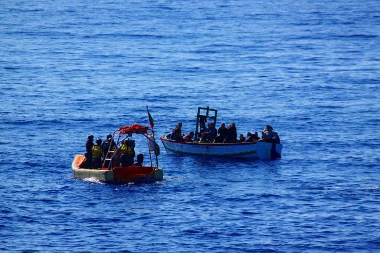 Włochy: Migranci zeszli z pokładu żaglowca na Lampedusie - GospodarkaMorska.pl