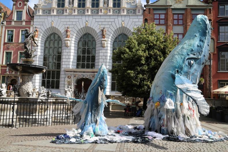 Wieloryby w morzu plastiku na ulicy Gdańska (foto) - GospodarkaMorska.pl