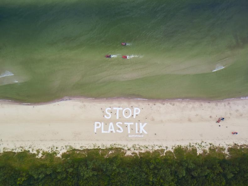 Greenpeace ułożył na plaży ogromny napis: stop plastik (foto) - GospodarkaMorska.pl