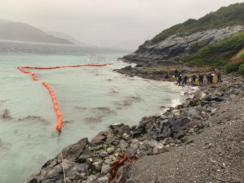 Ok. 40 tys. litrów ropy naftowej wyciekło u wybrzeży Chile - GospodarkaMorska.pl