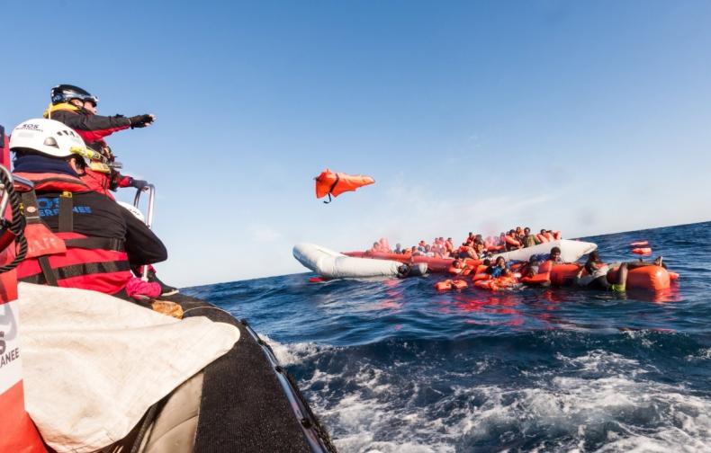 U brzegów Lampedusy stoi statek NGO, w rządzie - nowy spór o migrantów - GospodarkaMorska.pl