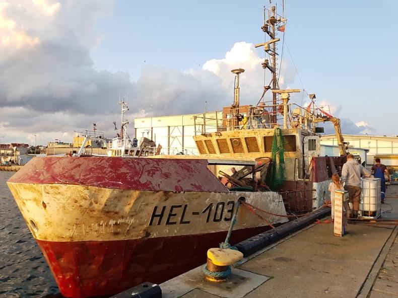Z dna Zatoki Gdańskiej wydobyto kuter rybacki Hel-103 (foto) - GospodarkaMorska.pl