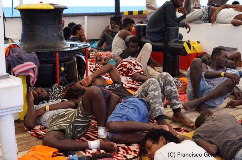 Włochy: Kolejnych ośmiu migrantow opuściło pokład statku Open Arms - GospodarkaMorska.pl