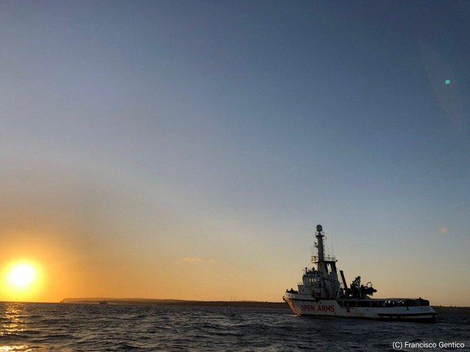 Włochy: Po 19 dniach migranci zeszli ze statku Open Arms (wideo) - GospodarkaMorska.pl