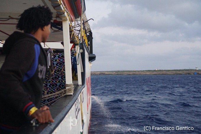 Pięć państw UE zgodziło się ich przyjąć migrantów ze statku Open Arms - GospodarkaMorska.pl