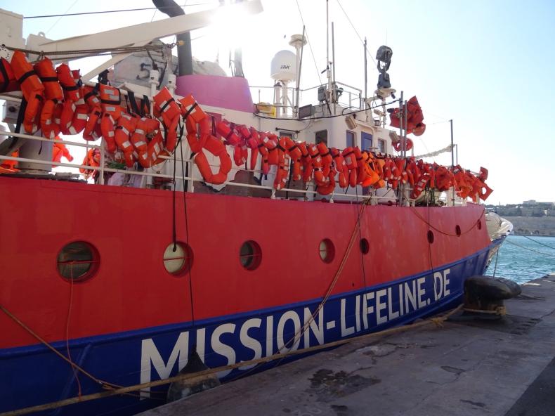 Zablokowany przez Salviniego statek NGO z migrantami zawinął na Sycylię - GospodarkaMorska.pl