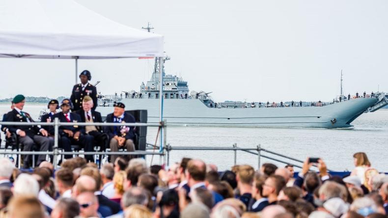ORP Poznań na paradzie morskiej w Holandii - GospodarkaMorska.pl