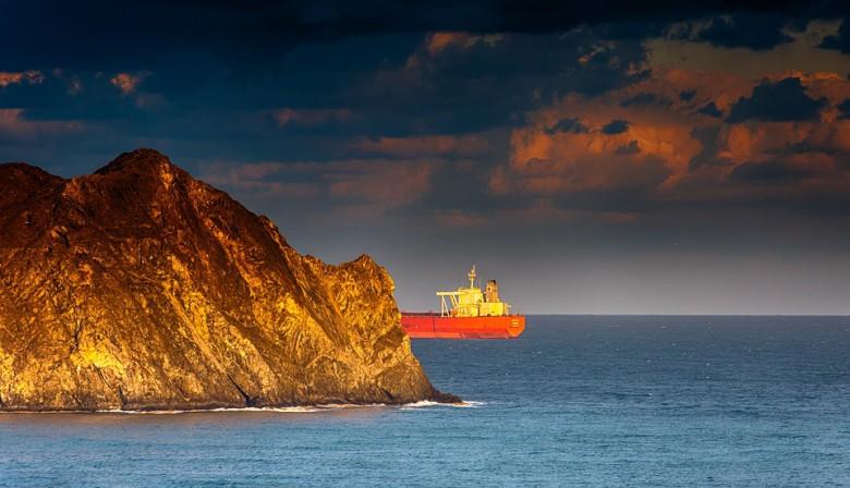 Straż przybrzeżna przejęła w Zatoce Perskiej statek z przemycaną ropą - GospodarkaMorska.pl