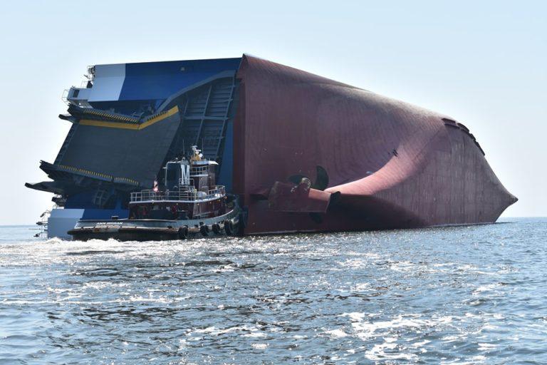 Trwa ewakuacja czterech osób z zatopionego samochodowca (wideo) - GospodarkaMorska.pl