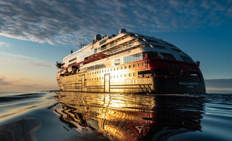 Pierwszy na świecie wycieczkowiec zasilany bateriami zakończył podróż przez Arktykę - GospodarkaMorska.pl