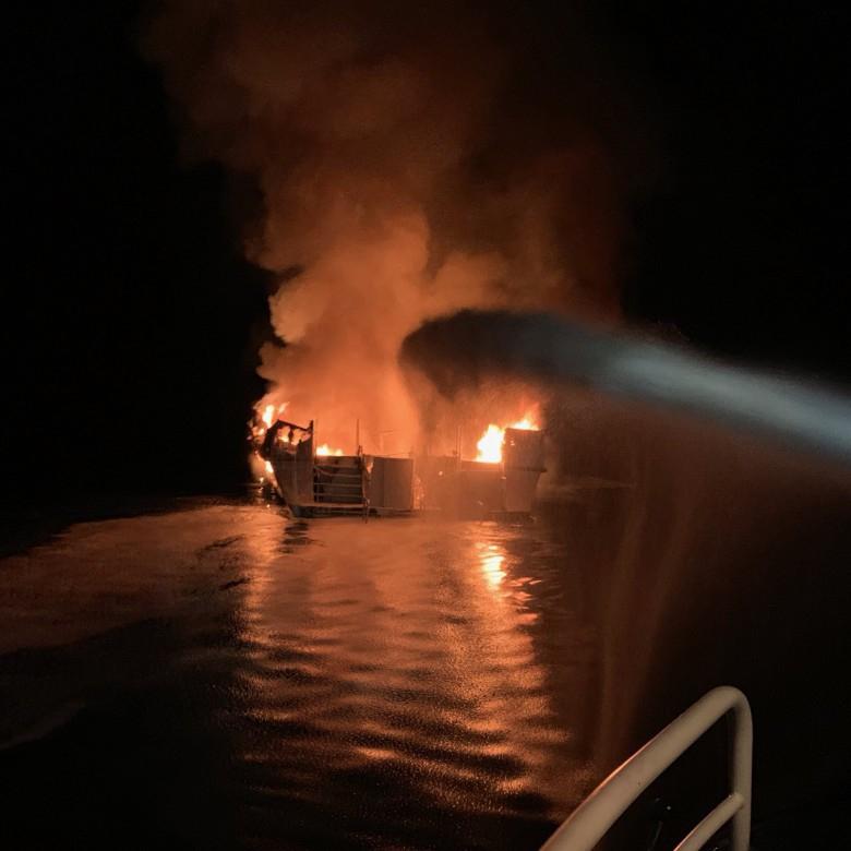Odnaleziono ciała wszystkicb ofiar pożaru statku u wybrzeży Kalifornii - GospodarkaMorska.pl