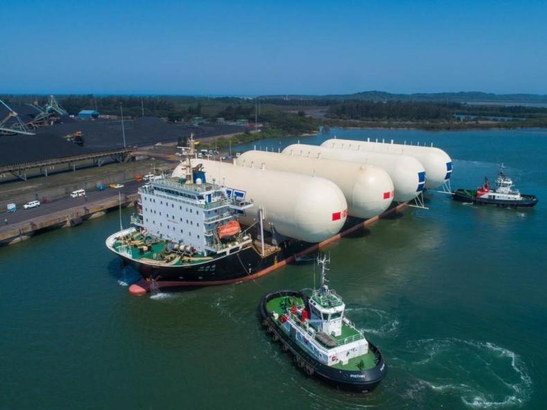 Statek towarowy dostarczył południowoafrykańskiemu portowi cztery ogromne zbiorniki na gaz ziemny - GospodarkaMorska.pl