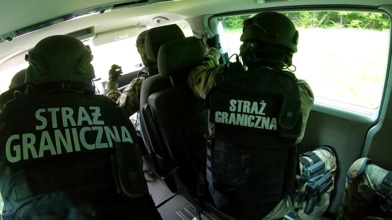 Łodziami przerzucał migrantów przez kanał La Manche, wpadł na granicy w Medyce - GospodarkaMorska.pl