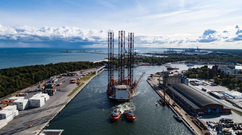 Przebudowana platforma Petrobaltic opuściła Gdańsk (foto, wideo) - GospodarkaMorska.pl