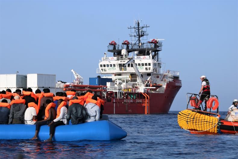 Statek NGO ze 182 migrantami prosi Włochy i Maltę o przyjęcie w porcie - GospodarkaMorska.pl