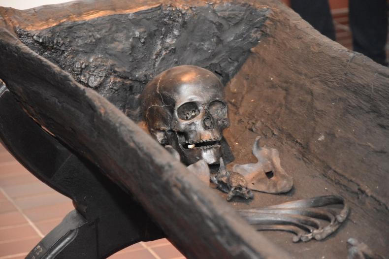 Powstaje kopia szkieletu kobiety z II w., który znaleziono w klifie przy plaży w Bagiczu - GospodarkaMorska.pl