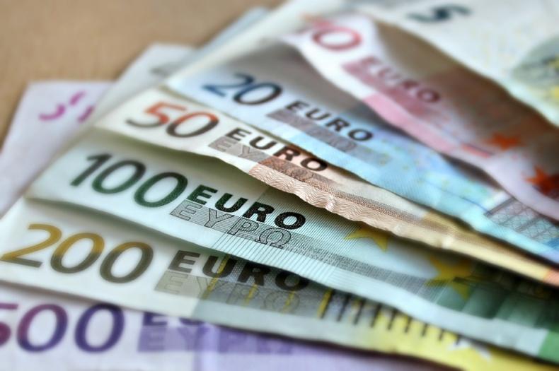 Słabe odczyty danych z gospodarki nie sprzyjają euro - GospodarkaMorska.pl