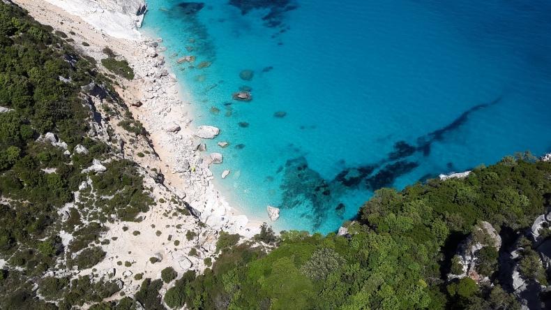 Włochy: Skruszeni turyści oddają piasek zabrany z plaż na Sardynii - GospodarkaMorska.pl