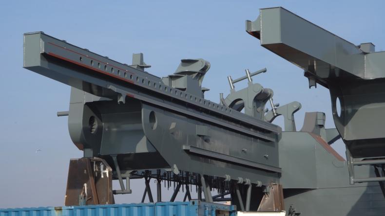 EPG dostarcza 850-tonową konstrukcję do budowy statku dla angielskiego armatora Royal IHC [foto, wideo] - GospodarkaMorska.pl