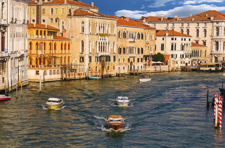 W zalanej Wenecji kolejna fala przypływu była mniejsza niż prognozowano - GospodarkaMorska.pl