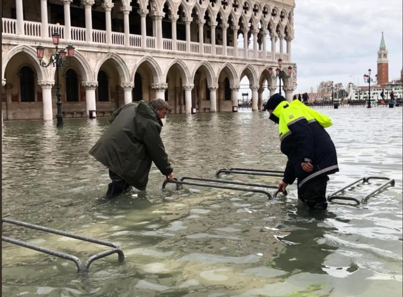 Włochy: Woda w Wenecji zaczęła opadać po trzeciej powodzi w tym tygodniu - GospodarkaMorska.pl