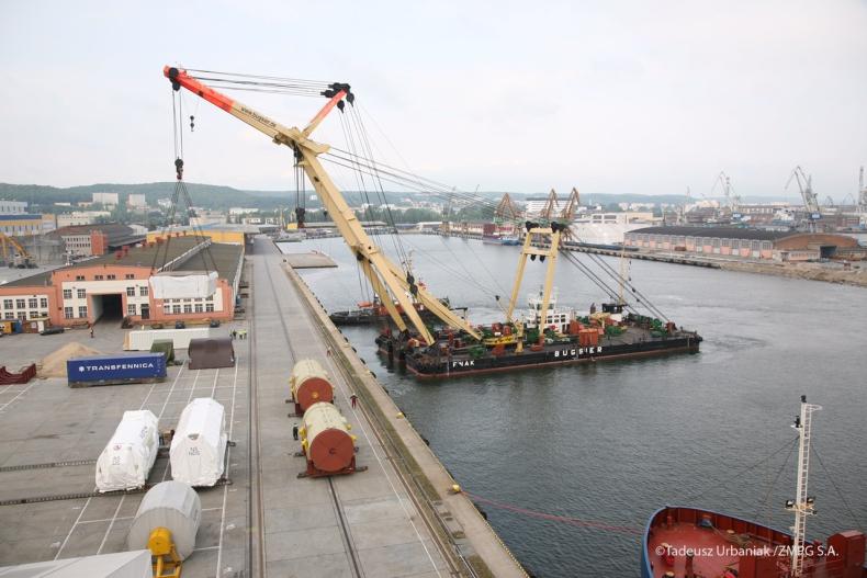 Zobacz załadunek olbrzymich generatorów w Gdynii - GospodarkaMorska.pl